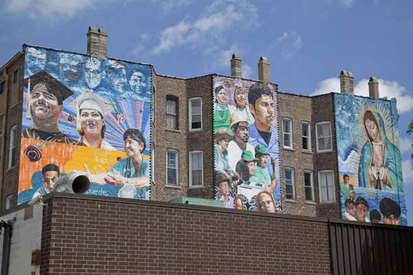 Picture of Pilsen Murals (U.S.A.): Huge mural covering several houses in Pilsen: Increíbles las Cosas que se ven