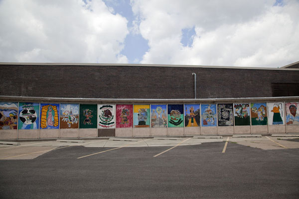 Foto di The parking lot at the Cooper Dual Language Academy is embellished with murals depicting traditional Mexican motifsChicago - Stati Uniti