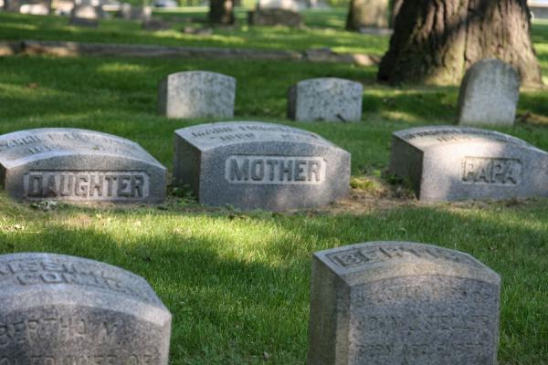 Picture of Mother, father and daughter resting together at Rosehill Cemetery
