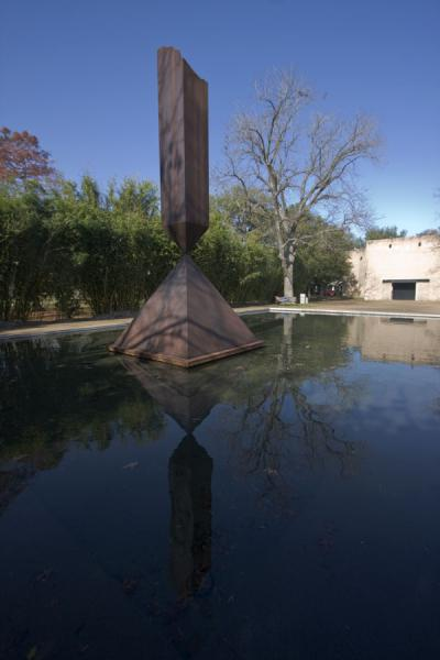 Broken obelisk reflected in the pool | Rothko Kapel | Verenigde Staten
