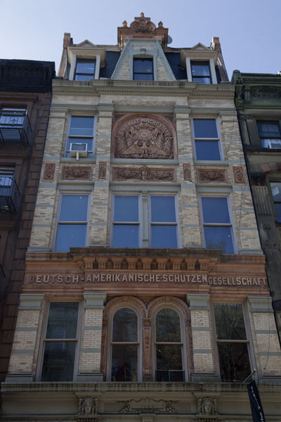 Foto van The clubhouse for the German-American shooting society, which formerly housed a cinema and a bookshopSaint Marks Place - Verenigde Staten