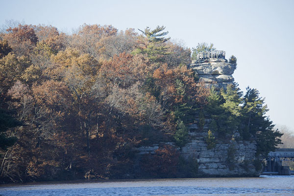 Foto de View of Eagle Cliff with the Illinois river in the foregroundStarved Rock - Estados Unidos
