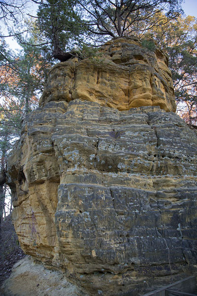 Photo de Coloured rock formation in the parkStarved Rock - les Etats-Unis