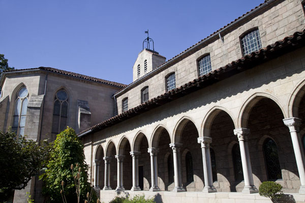 Columns of the Bonnefont Cloister seen from the medieval garden | The Cloisters | U.S.A.