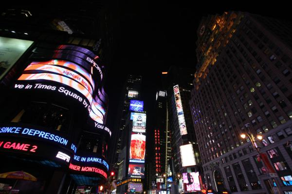 Foto van Brightly lit Times Square in the late eveningTimes Square - Verenigde Staten