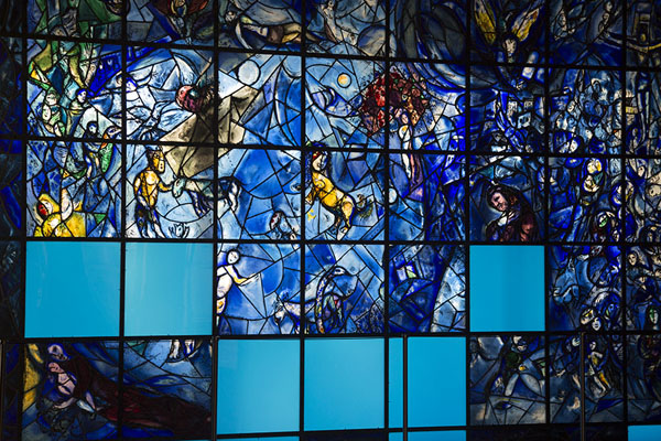 Foto de Stained glass made by Marc Chagall, gift from UN staff in memory of Dag Hammarskjöld and his staff who perished in 1961Sede de las Naciones Unidas - Estados Unidos