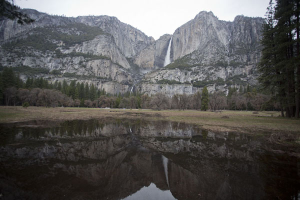 Reflection of upper and lower Yosemite Falls | Paysages Yosemite | les Etats-Unis