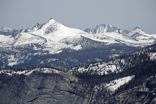 Foto di Snow-covered mountains rising above Yosemite ValleyYosemite - Stati Uniti
