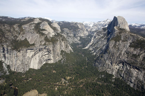 The upper part of Yosemite river with Half Dome to the right | Yosemite landschappen | Verenigde Staten