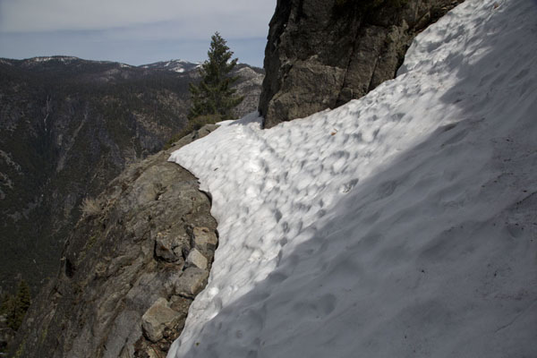 Snow covering part of the Four Mile trail | Yosemite landschappen | Verenigde Staten