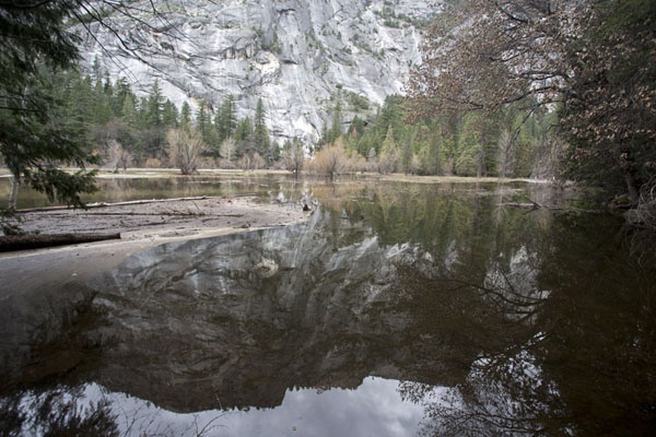 Reflection of mountain in Mirror Lake | Paysages Yosemite | les Etats-Unis