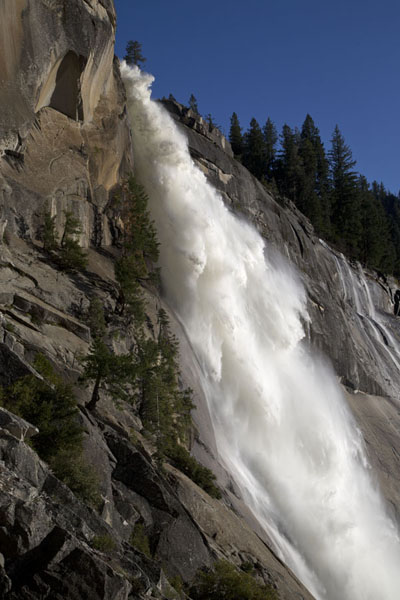 Looking up the spray of Nevada fall | Yosemite watervallen | Verenigde Staten