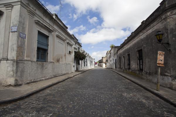 Foto di Colonial houses and cobble stoned streets are the norm in the historical centre of Colonia - Uruguay - America