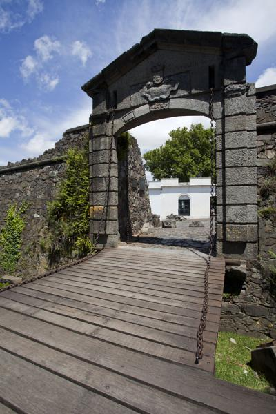 Foto de The old city gate, Portón de Campo, on the eastern side of the historical downtown area of ColoniaColonia del Sacramento - Uruguay