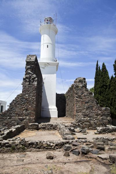 Foto di The lighthouse of Colonia among the ruins of the Convento de San FranciscoColonia del Sacramento - Uruguay