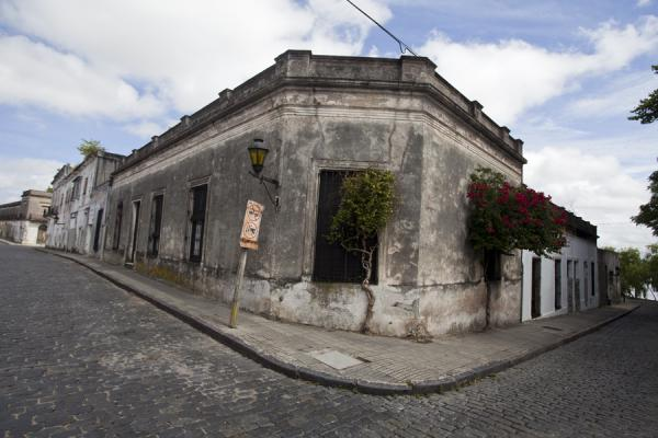 Photo de Cobble-stoned street corner in the historical heart of Colonia - l'Uruguay - Amérique