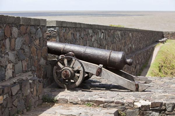 Foto de One of the cannons on the defensive wall of ColoniaColonia del Sacramento - Uruguay