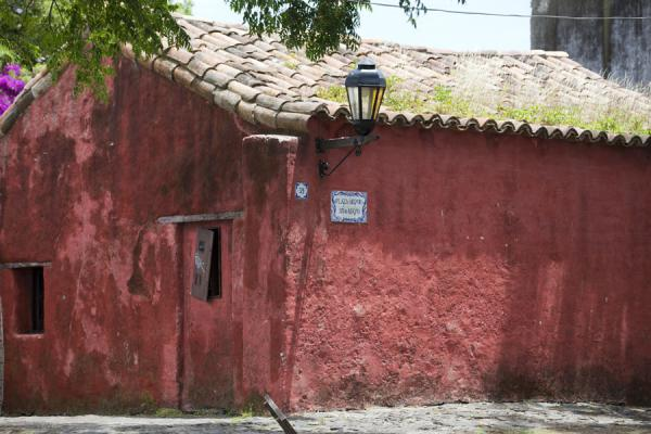 Foto van Red stucco on an old colonial house in the historical heart of Colonia - Uruguay - Amerika