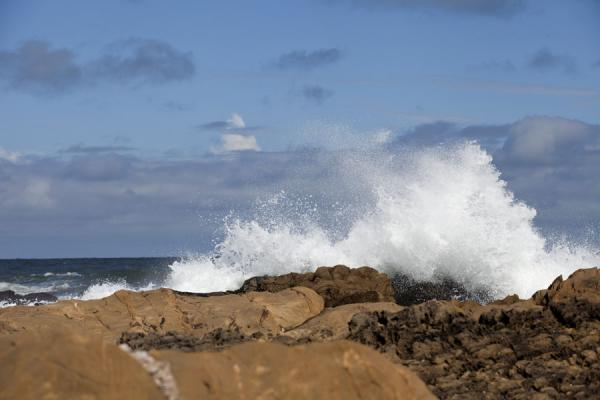 Foto de Wave wildly crashing on the rocks of La Pedrera beach - Uruguay - América
