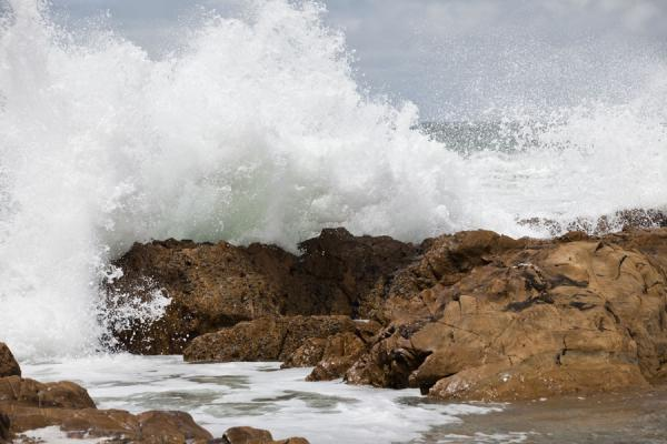 Foto de Waves crashing against the rocks of the beach of La PedreraLa Pedrera - Uruguay