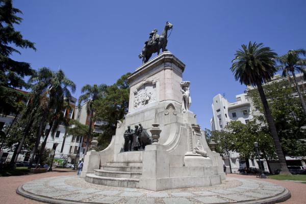 Small Zabala square with statue right in the middle of the historic centre of Montevideo | Ciudad vieja de Montevideo | Uruguay