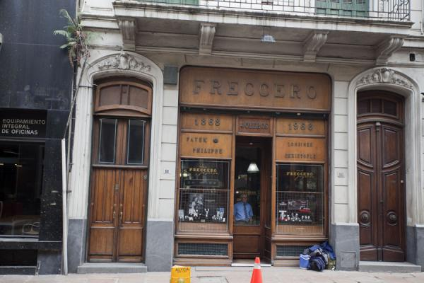 Photo de Old shop in old building in the historic city centre of Montevideo - l'Uruguay - Amérique