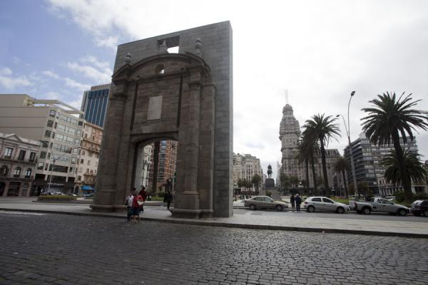 Old city gate on the Plaza Independencia, gateway to the old city with Palacio Salvo in the background | Montevideo Old City | Uruguay