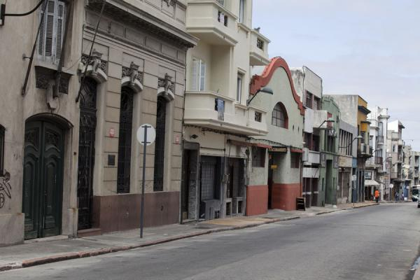 Photo de l'Uruguay (Old street with melange of architectural styles in the middle of the old city of Montevideo)