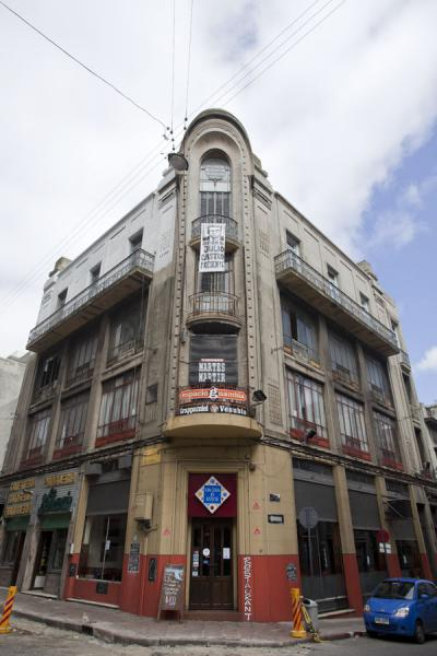 Corner building in the old historic centre | Vielle ville de Montevideo | l'Uruguay