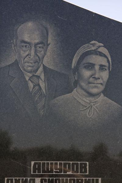 Wife and husband depicted on a tombstone at the Jewish Cemetery | Cementerio judeo de Bujará | Uzbekistán