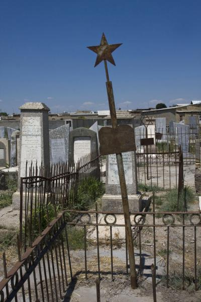Tomb with fence and star at the Jewish Cemetery | Cementerio judeo de Bujará | Uzbekistán