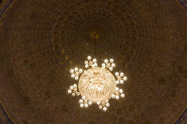 Chandelier hanging from the golden ceiling of the Guri Amir mausoleum | Mausoleo di Guri Amir | Uzbekistan