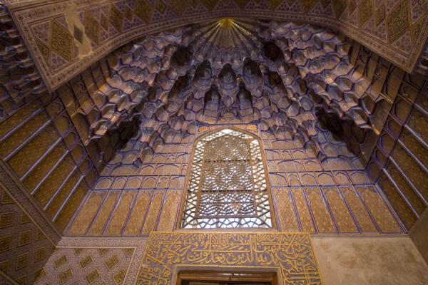 Looking up at a honeycombed corner of the mausoleum | Mausoleo di Guri Amir | Uzbekistan