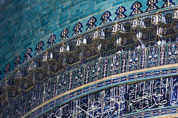 Picture of Kalon Minaret (Uzbekistan): Calligraphy and decorative frieze on the great dome of Kalon mosque