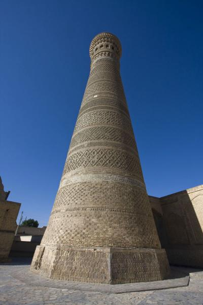 Photo de Looking up the minaret from belowBoukhara - Ouzbékistan