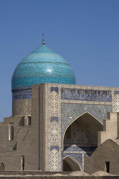 Picture of Kalon Minaret (Uzbekistan): Arch and green dome of the Kalon mosque