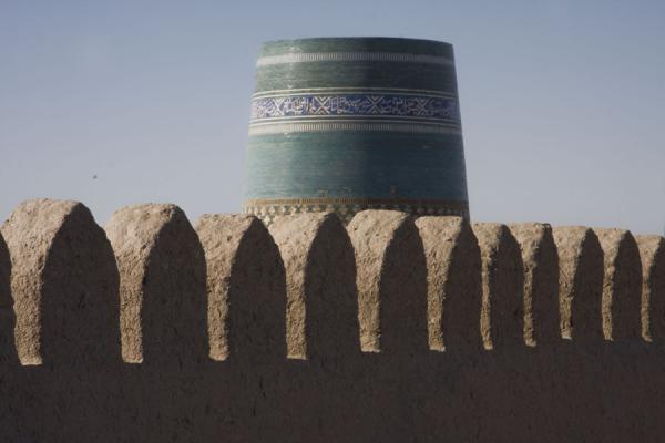Picture of Khiva (Uzbekistan): Kalta Minor minaret and the city wall in the foreground