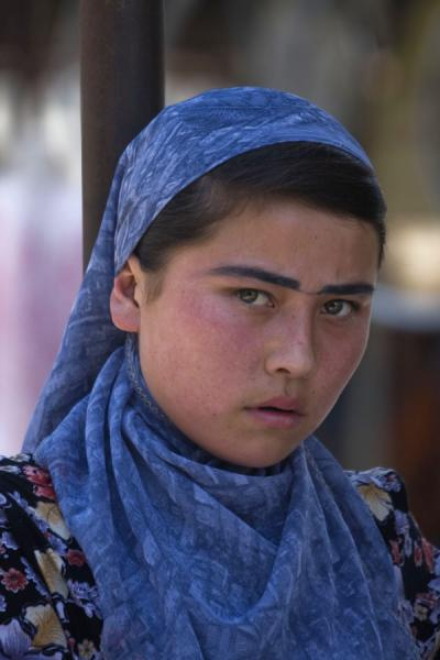 Disturbed stare from a girl at Kontepa bazaar | Bazar de Kontepa | Uzbekistán
