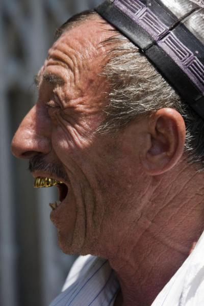 Showing off his teeth: tea man at Kontepa bazaar | Bazar de Kontepa | Uzbekistán