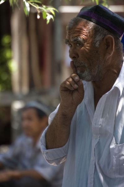 Old Uzbek man calling for silence at Kontepa bazaar | Kontepa Bazaar | Uzbekistan