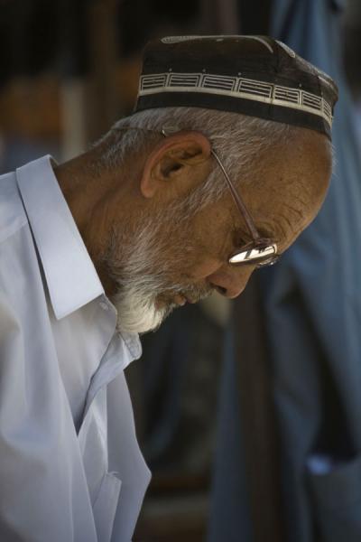 Picture of Kontepa Bazaar (Uzbekistan): Old Uzbek man with glasses at Kontepa bazaar