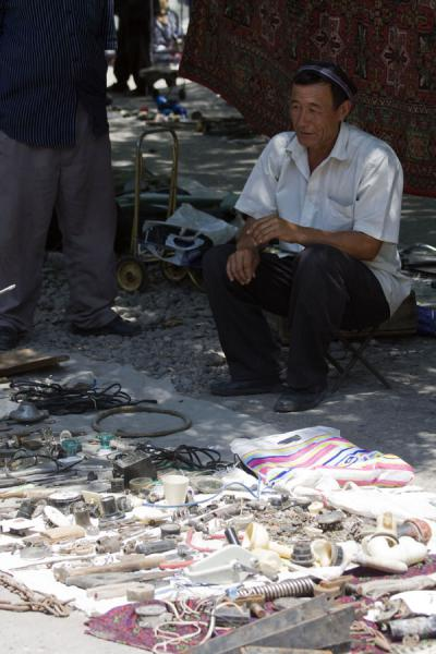 Street vendor selling all kinds of small items at Kontepa bazaar | Kontepa Bazaar | Oezbekistan