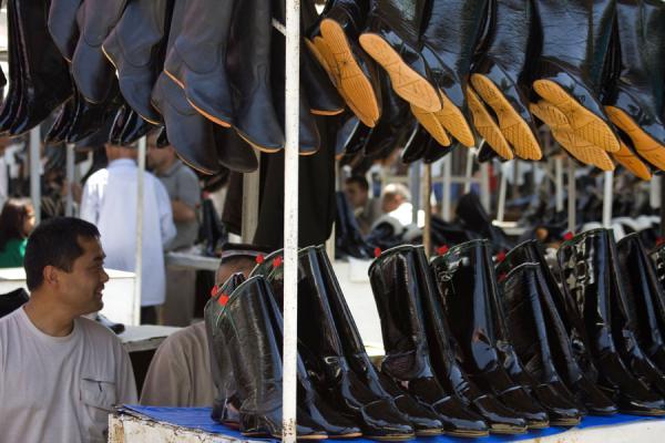 Foto van Boots and shoes in a stall of Kontepa bazaar - Oezbekistan - Azië