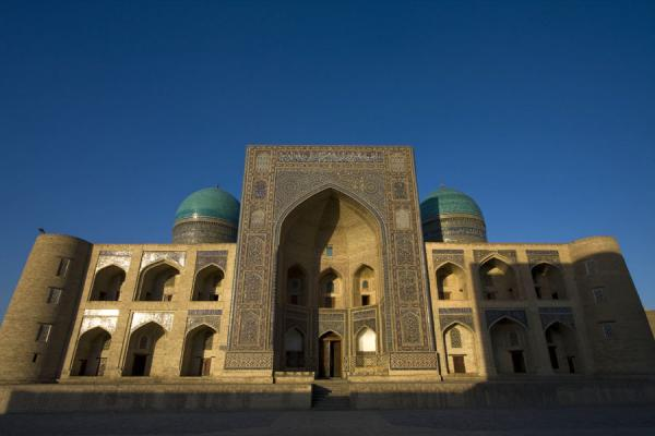 Photo de Ouzbékistan (Arches, domes and a big portal: facade of the Mir-i-Arab medressa)