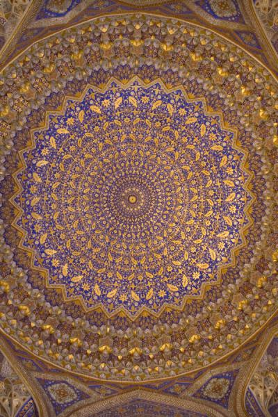 Photo de The dazzlingly beautiful ceiling of the mosque of the Tilla-Kari medressaSamarcande - Ouzbékistan