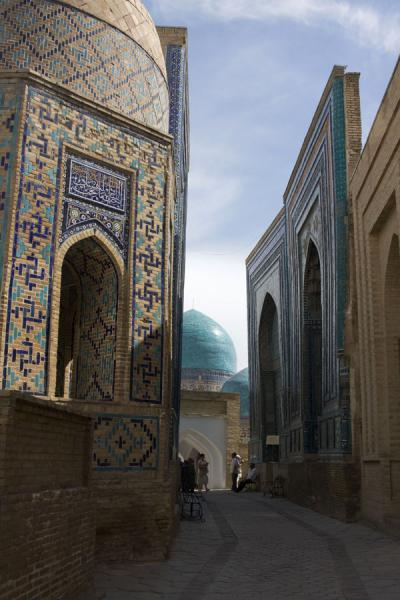 Picture of Shah-i-Zinda mausolea (Uzbekistan): Green domes and blue portals on the alley with mausolea