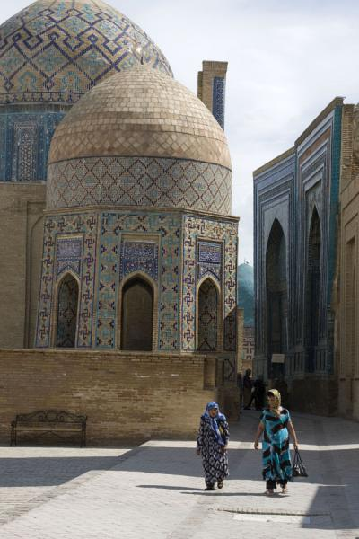 Picture of Shah-i-Zinda mausolea (Uzbekistan): Women walking the alley with mausolea