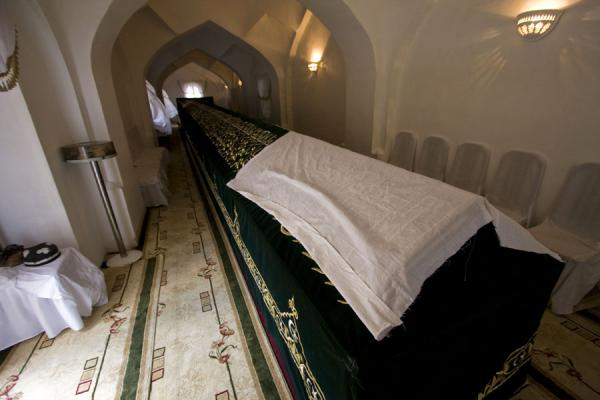 Picture of Tomb of Prophet Daniel (Uzbekistan): Long sarcophagus covered by a dark green cloth
