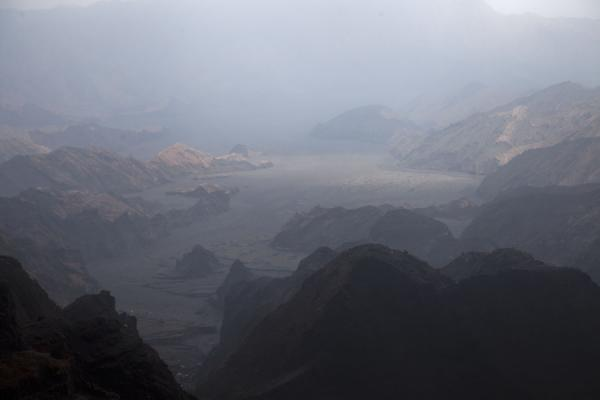 View over the rugged, desolate landscape just north of Benbow volcano | Ambrym volcanoes | 发怒挖土