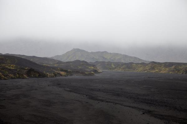 Dark hills with a touch of green in the ash plain of Ambrym | Ambrym volcanoes | 发怒挖土